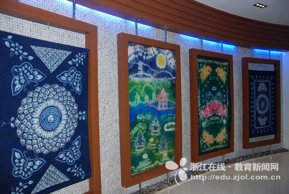代表团参观了学校的校园,丝绸扎染展览馆等功能室.